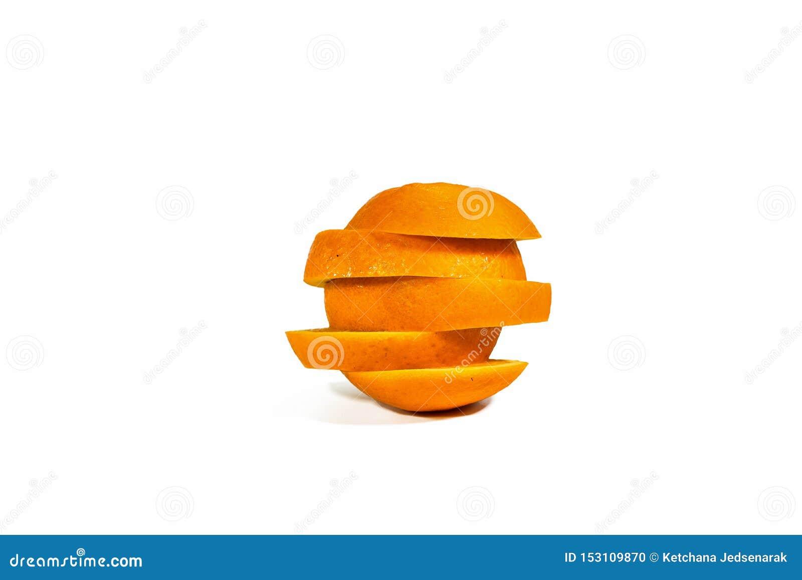Pokrojeni pomarańcze plasterki, brogujący odosobniony na białym tle