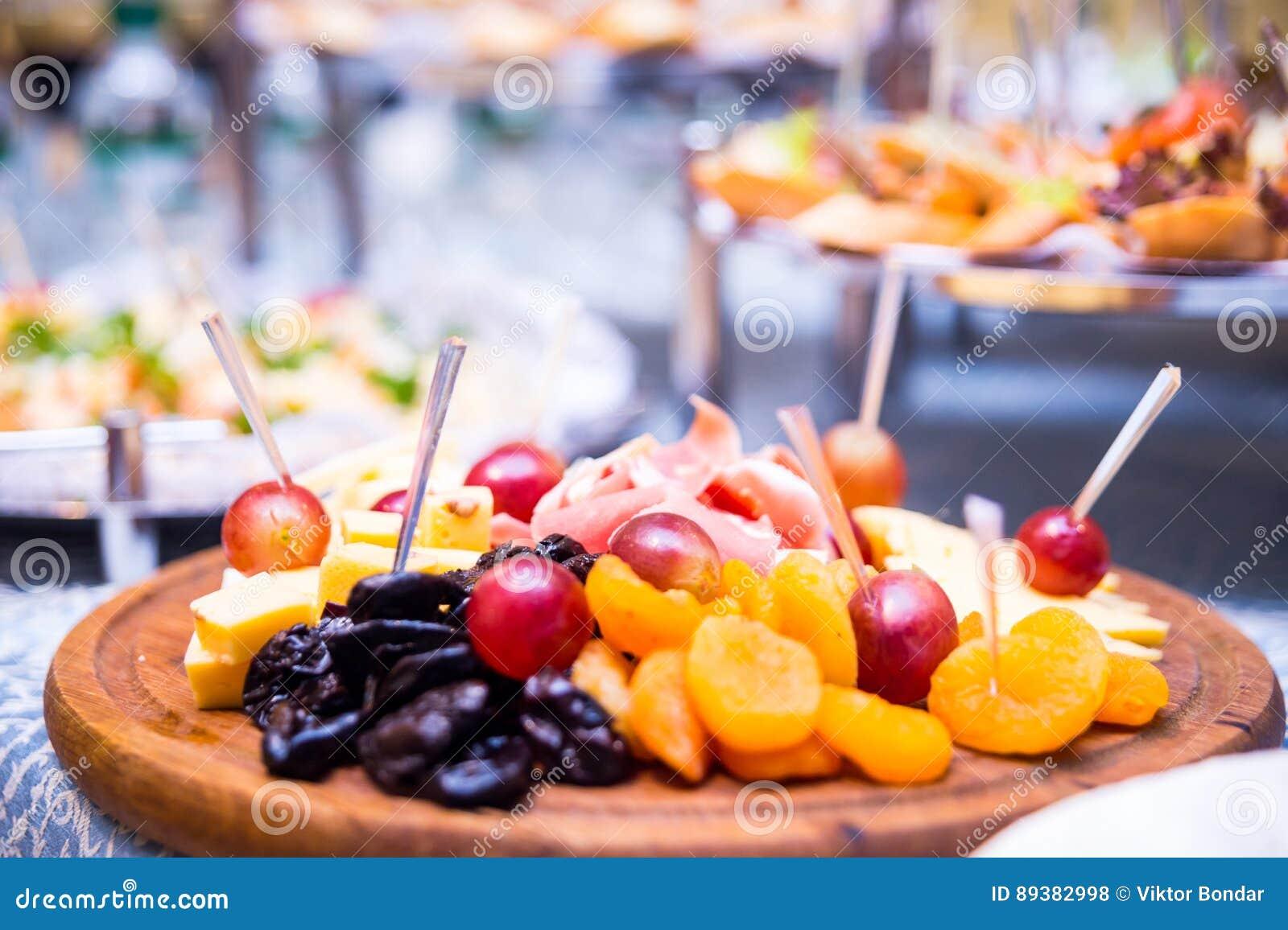 Pokrojona owoc na talerzu, pokrojona owoc, winogrona, suszył - owoc, ser, bankieta stół, catering, świętowanie, nowy rok, boże na
