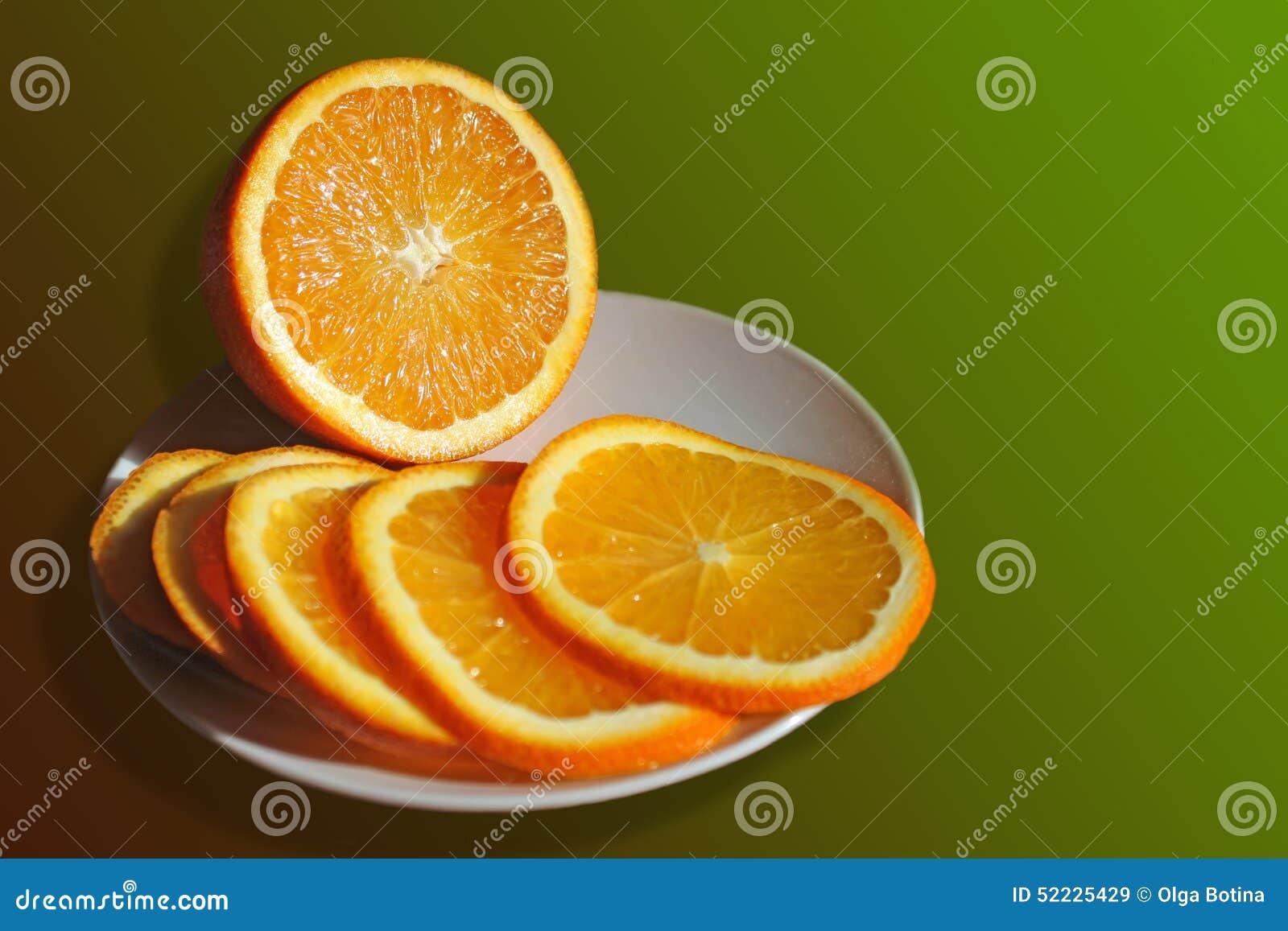 Pokrojona pomarańcze na talerzu