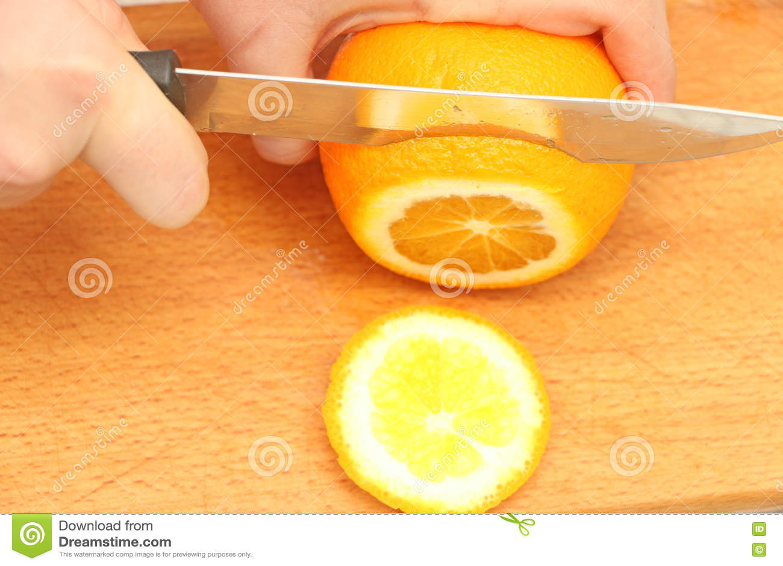 Pokrojone pomarańcze na drzewie