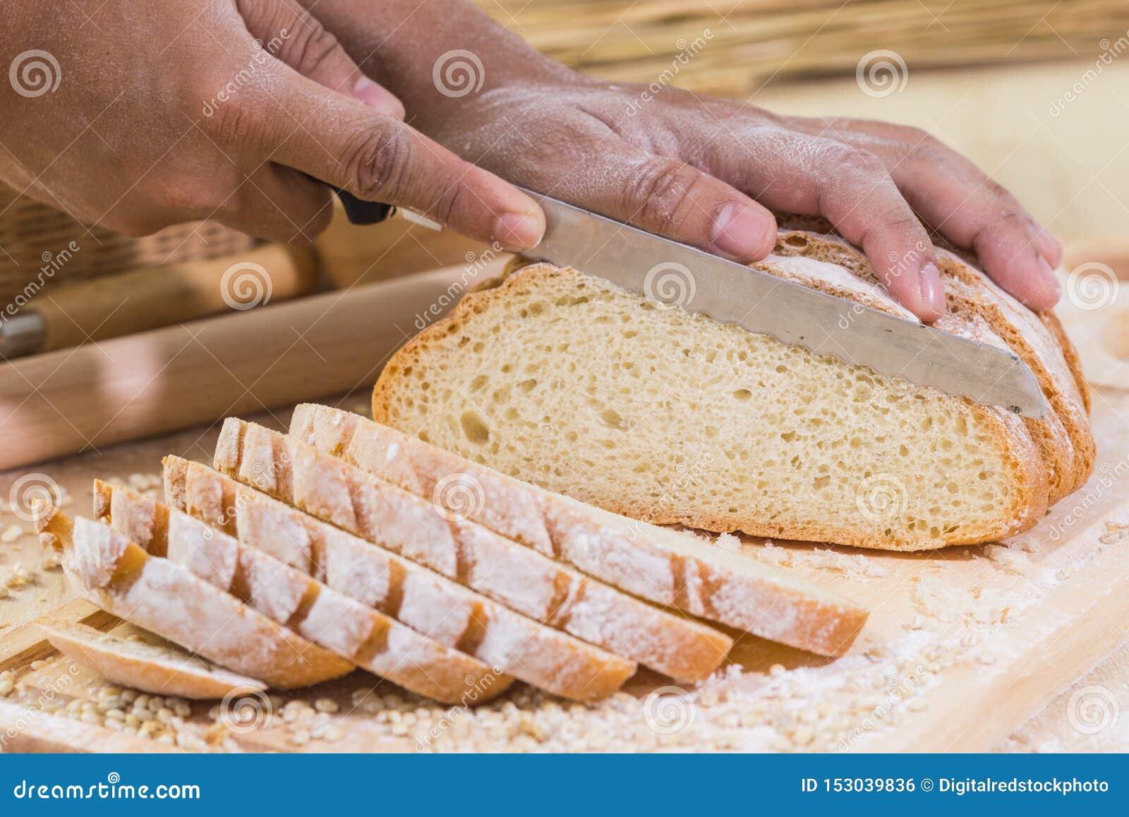 Pokrojony świeży nieociosany chleb