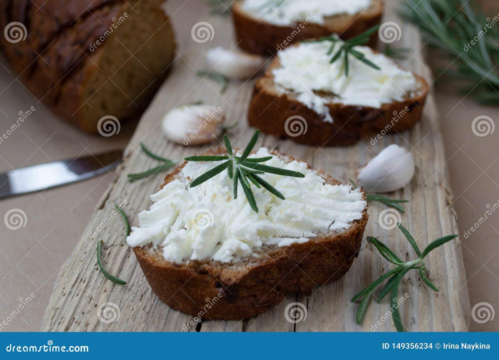 Pokrojony chleb z lekkim serem na drewnianej desce