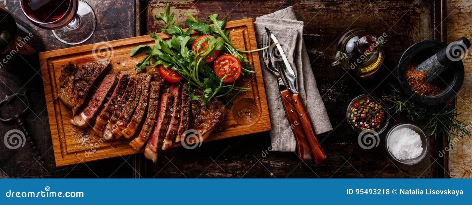 Pokrojony stek i sałatka