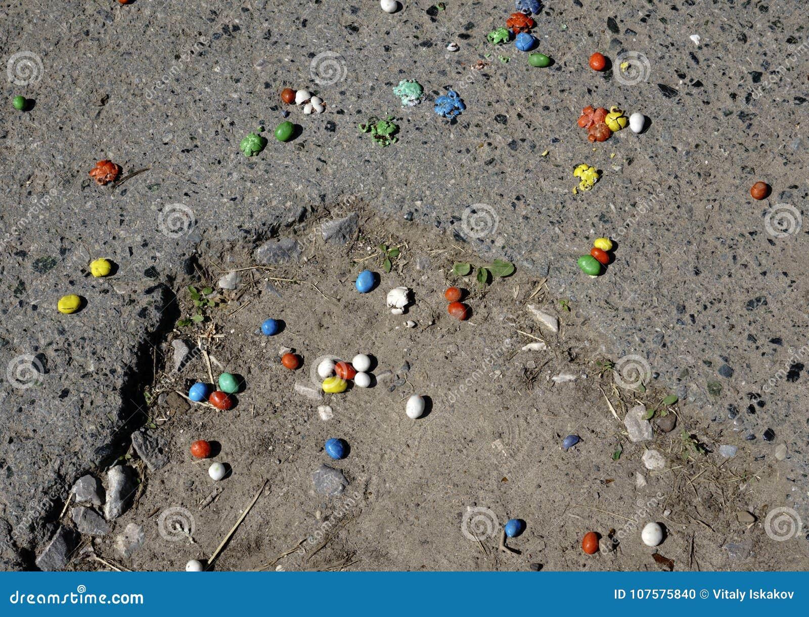 Pokruszony cukierek na drodze rozpraszającej niezobowiązująco