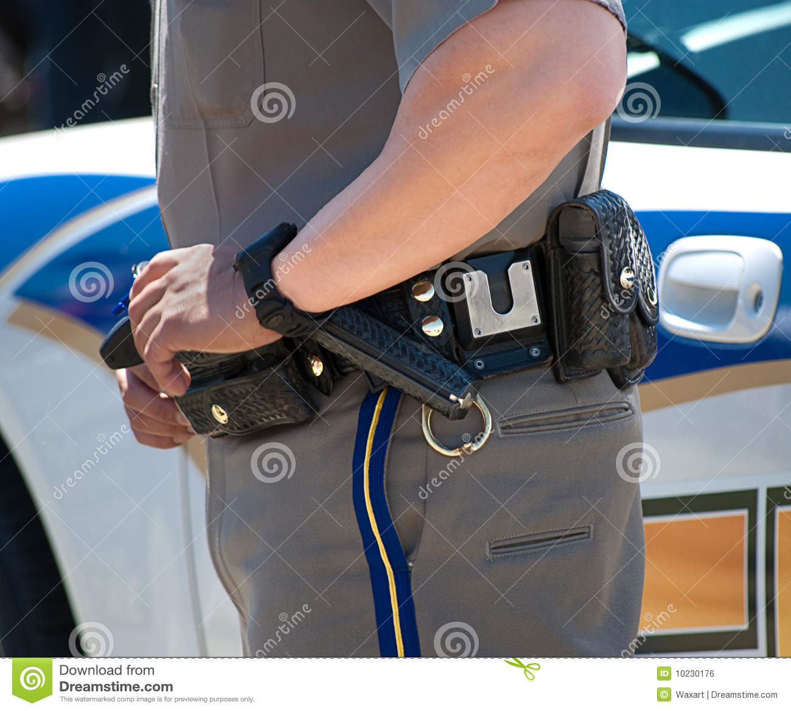 Polícia com mão na correia de injetor