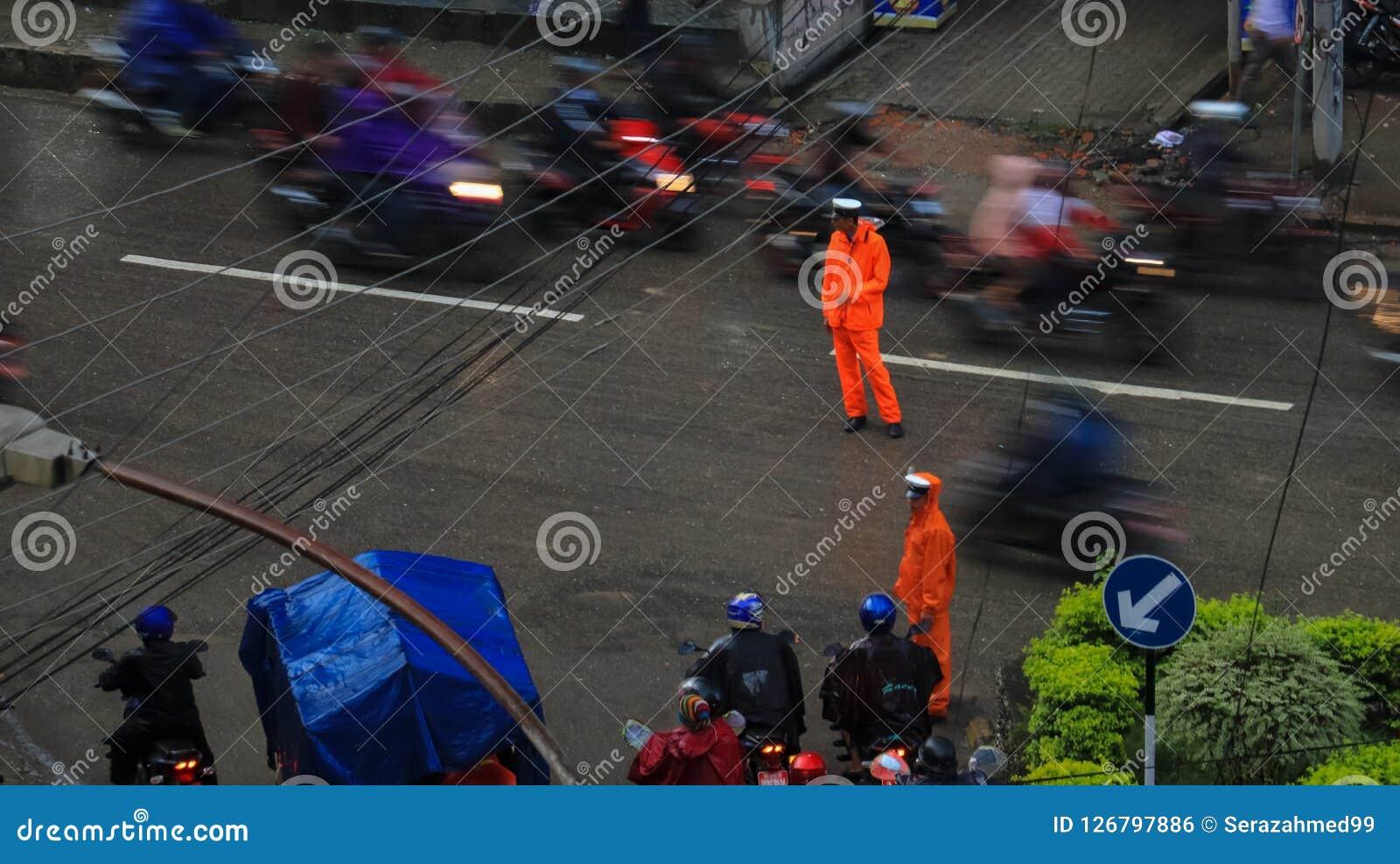 Polícia de trânsito que trabalha na chuva em Kathmandu, Nepal