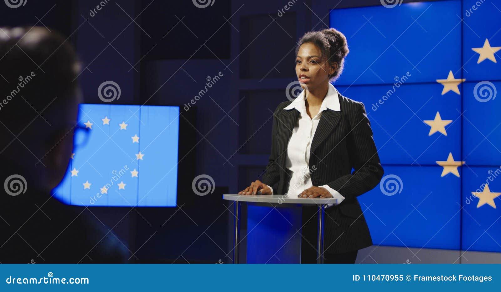 Político fêmea da UE que tem a conferência de imprensa