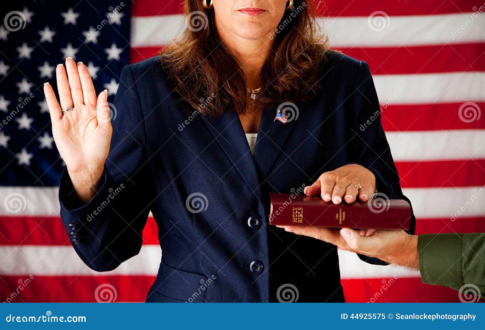 Político: Mujer que toma un juramento en la biblia