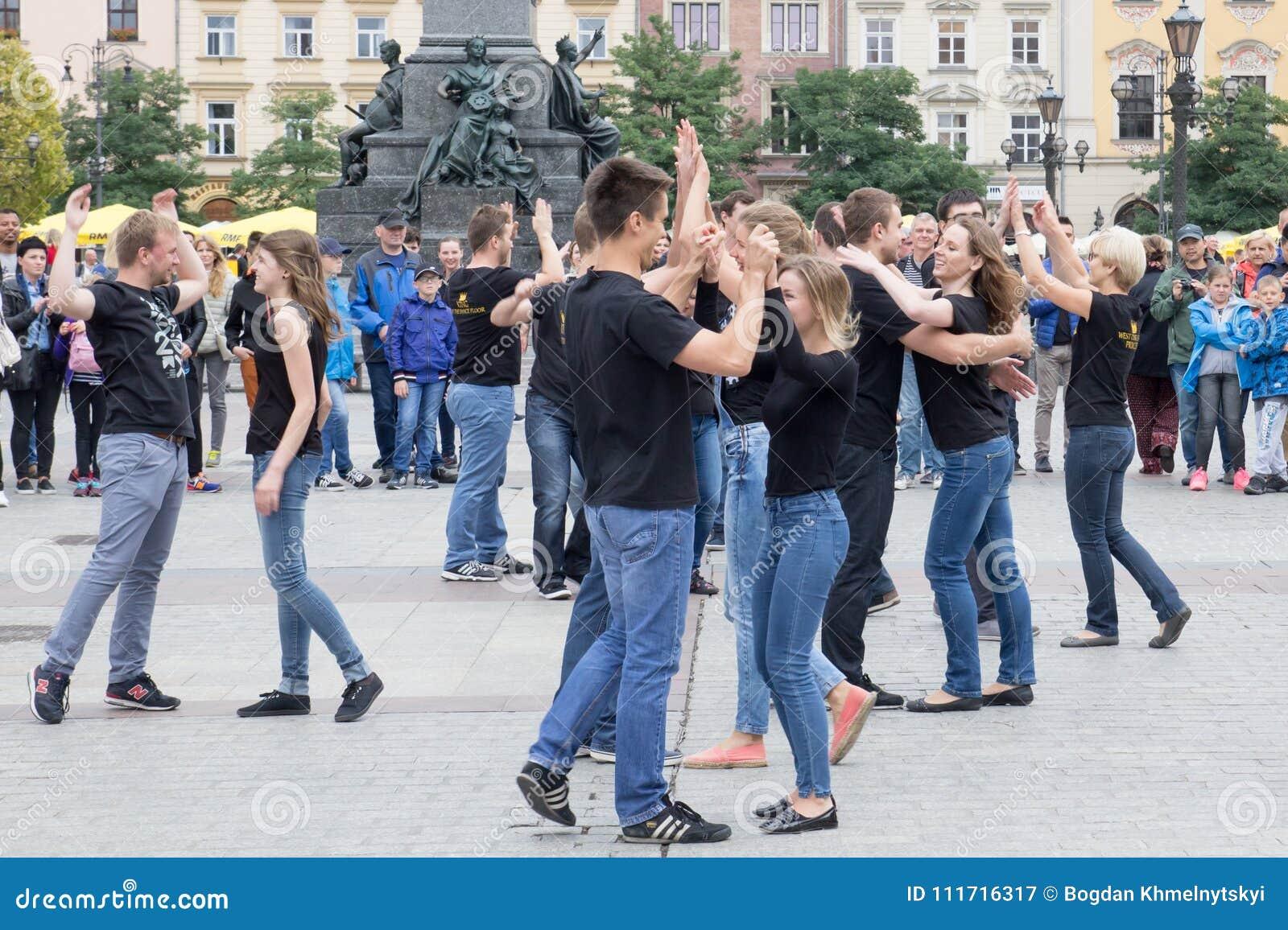 POLÔNIA, KRAKOW 02,09,2017 meninos e meninas novos que dançam no quadrado