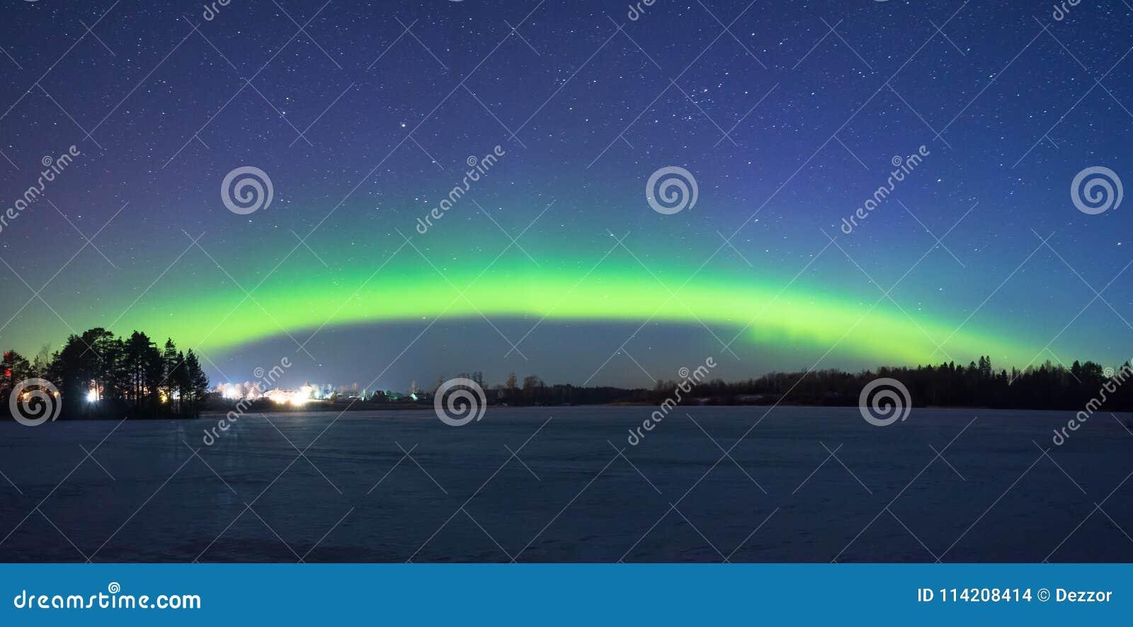Polair noordelijk lichtenaurora borealis bij nacht in de sterrige hemel boven het meer met het langs eiland en het silhouet van d