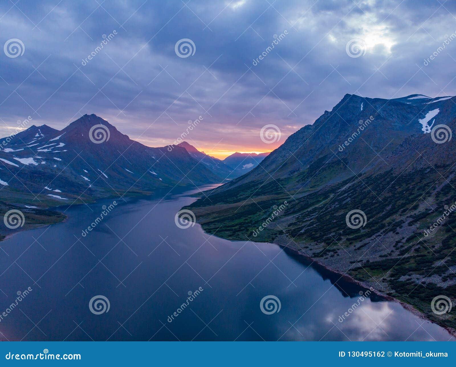 Polair Oeralgebergte, een de zomerlandschap op zonsondergang met bergen, een meer van Hadata