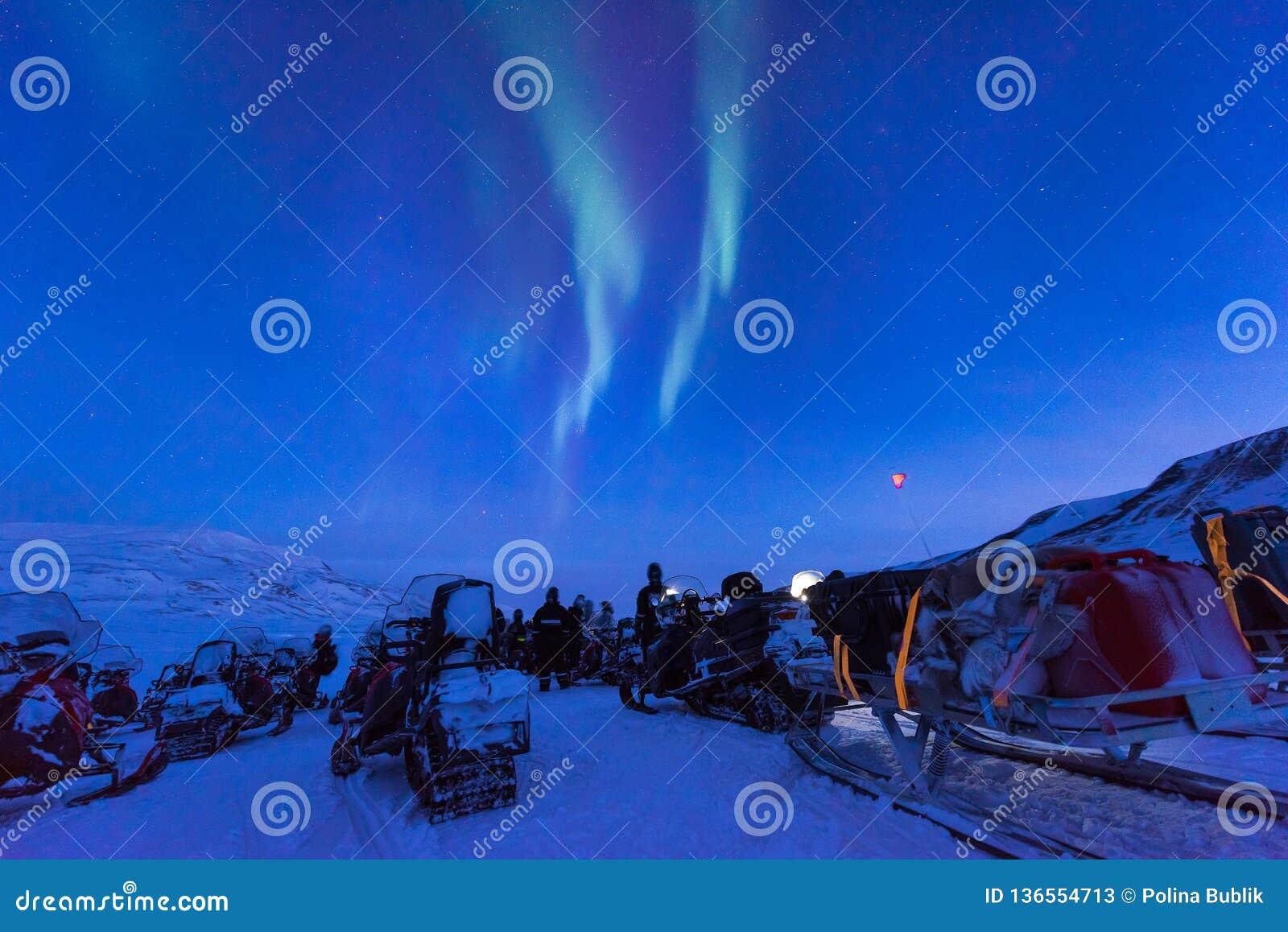 Polar arktisk för morgonrodnadsnowscooter för nordliga ljus stjärna för himmel för borealis i Norge Svalbard i Longyearbyen måneb