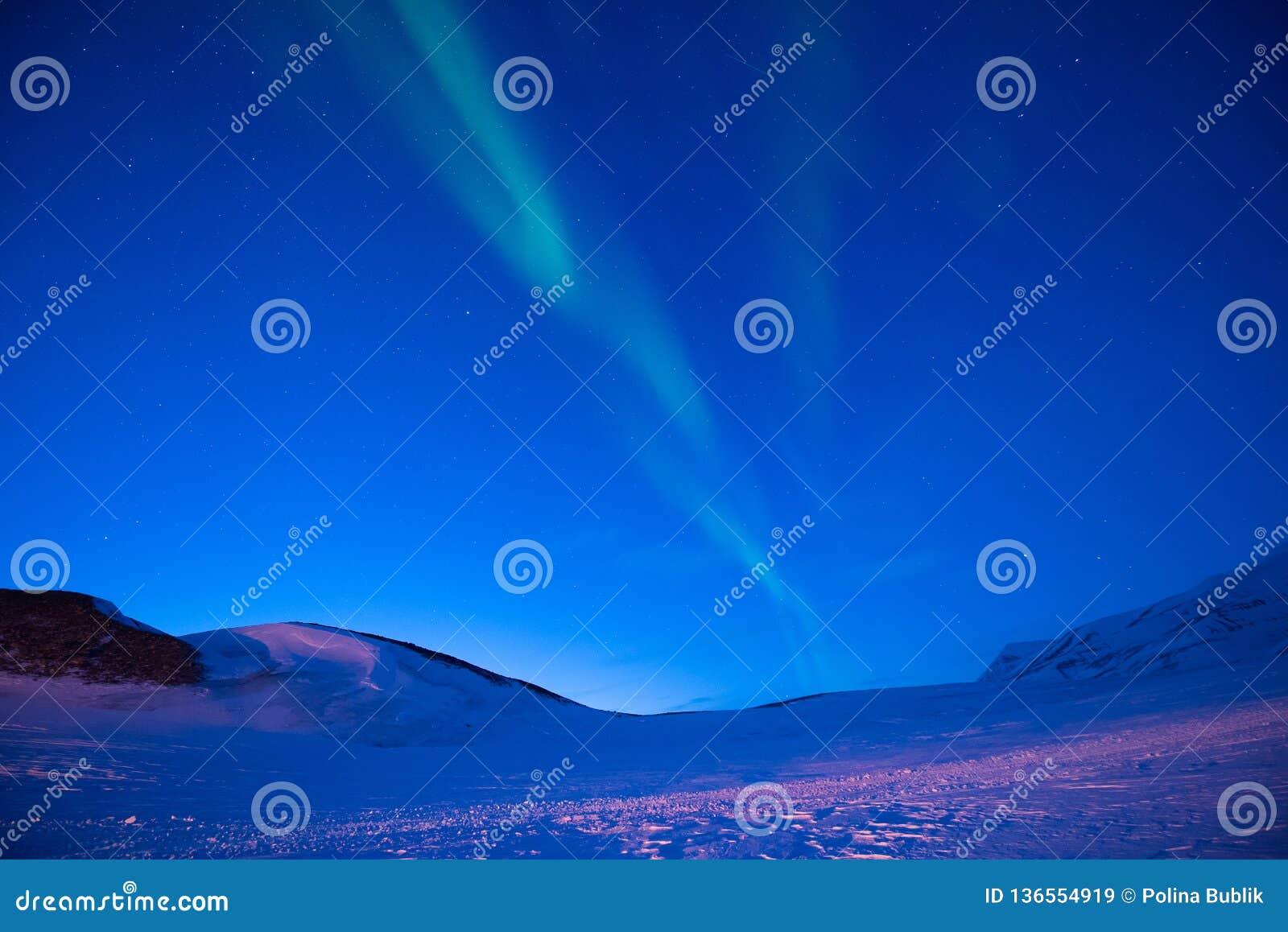 Polar arktisk för norrskenhimmel för nordliga ljus stjärna i Norge Svalbard i Longyearbyen månebergen