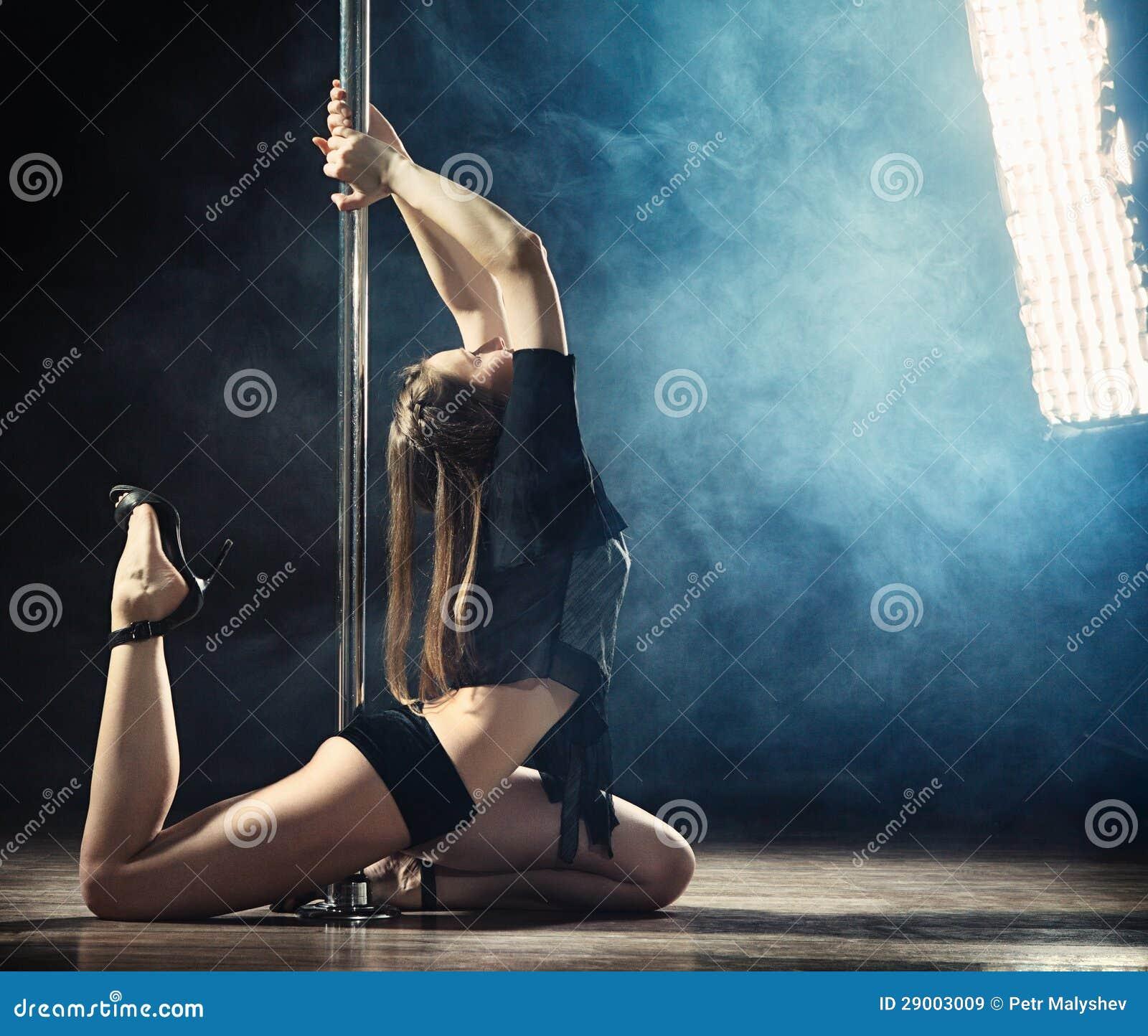 Сексуальные девочки танцуют стриптиз 1 фотография