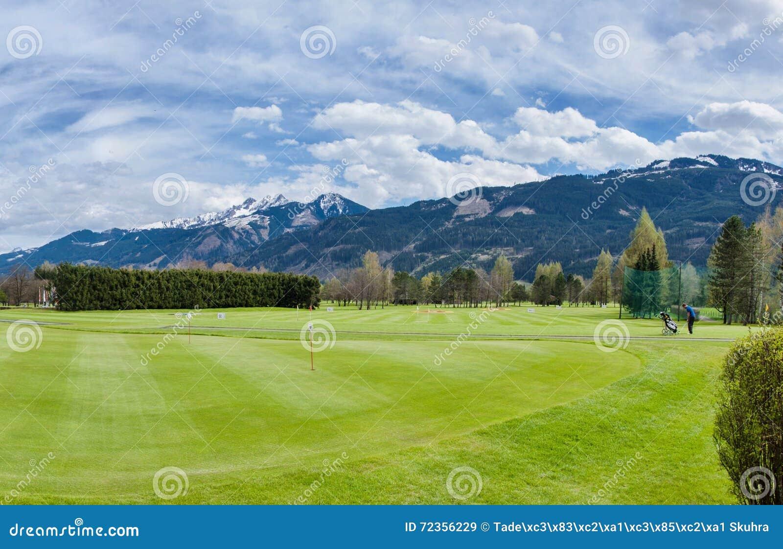 Pole golfowe z graczami