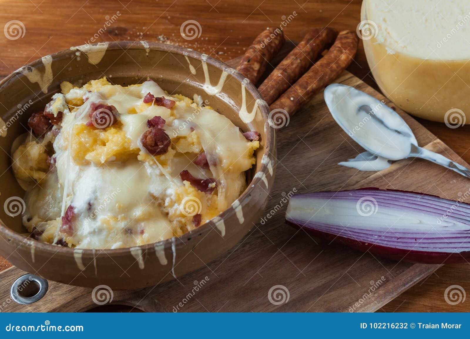 Polenta con queso y salchichas