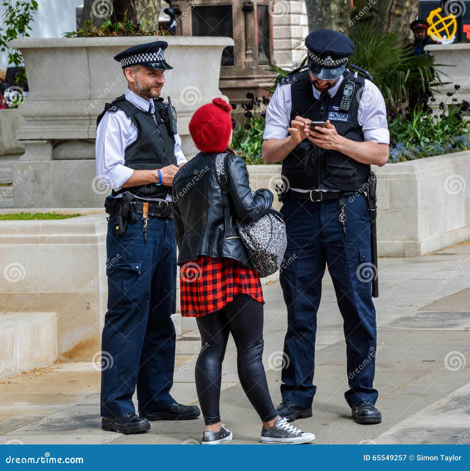 Policía que ayuda a un peatón