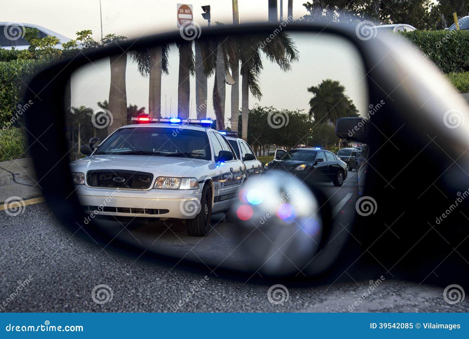Police sur le miroir de vue arrière