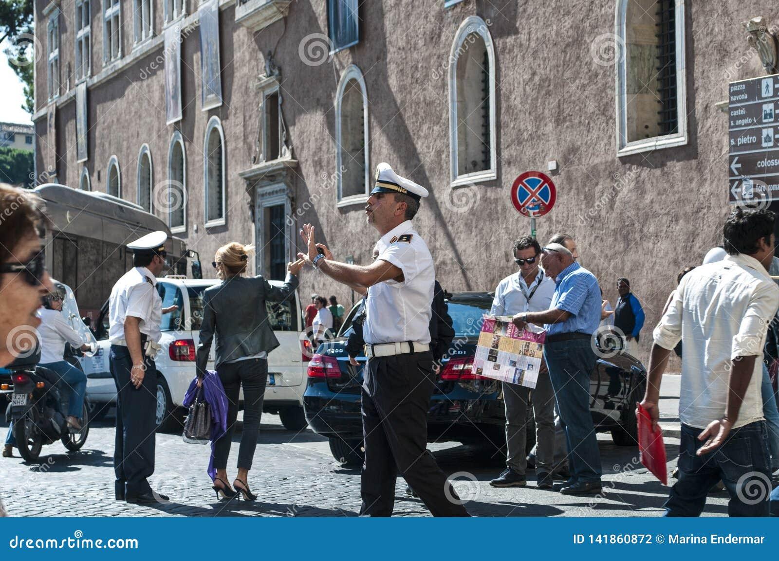 Policier italien gesticulant, Piazza Venezia, Rome, Italie