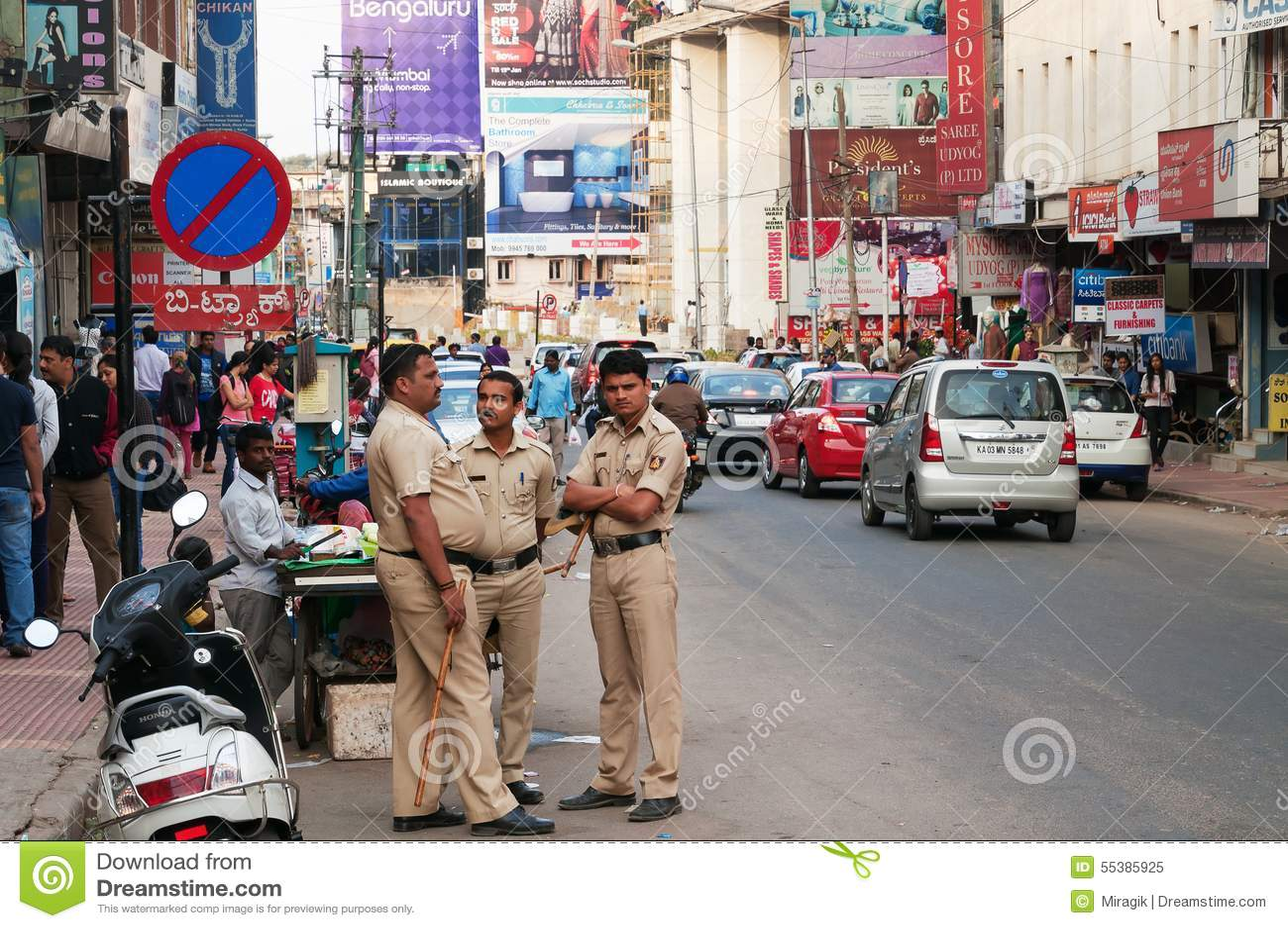 Policiers sur la rue commerciale à Bangalore