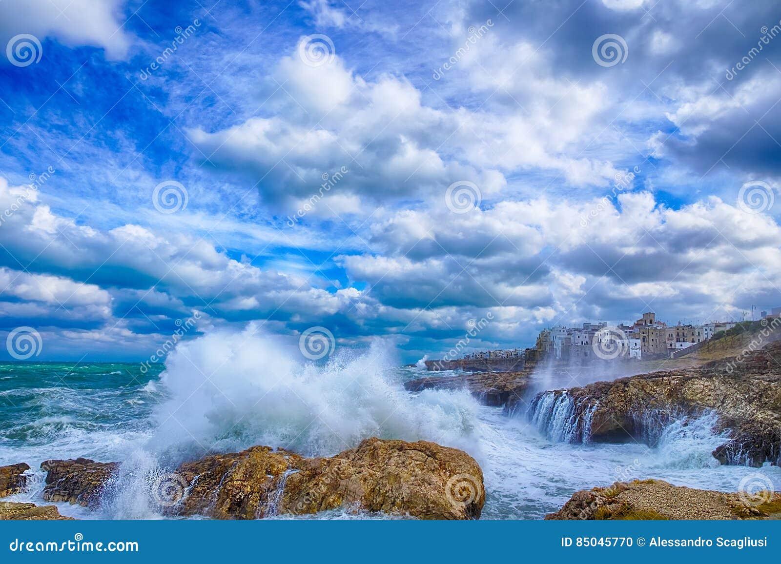 Polignano конематка шторм БАРИ, моря Италии: рай на земле