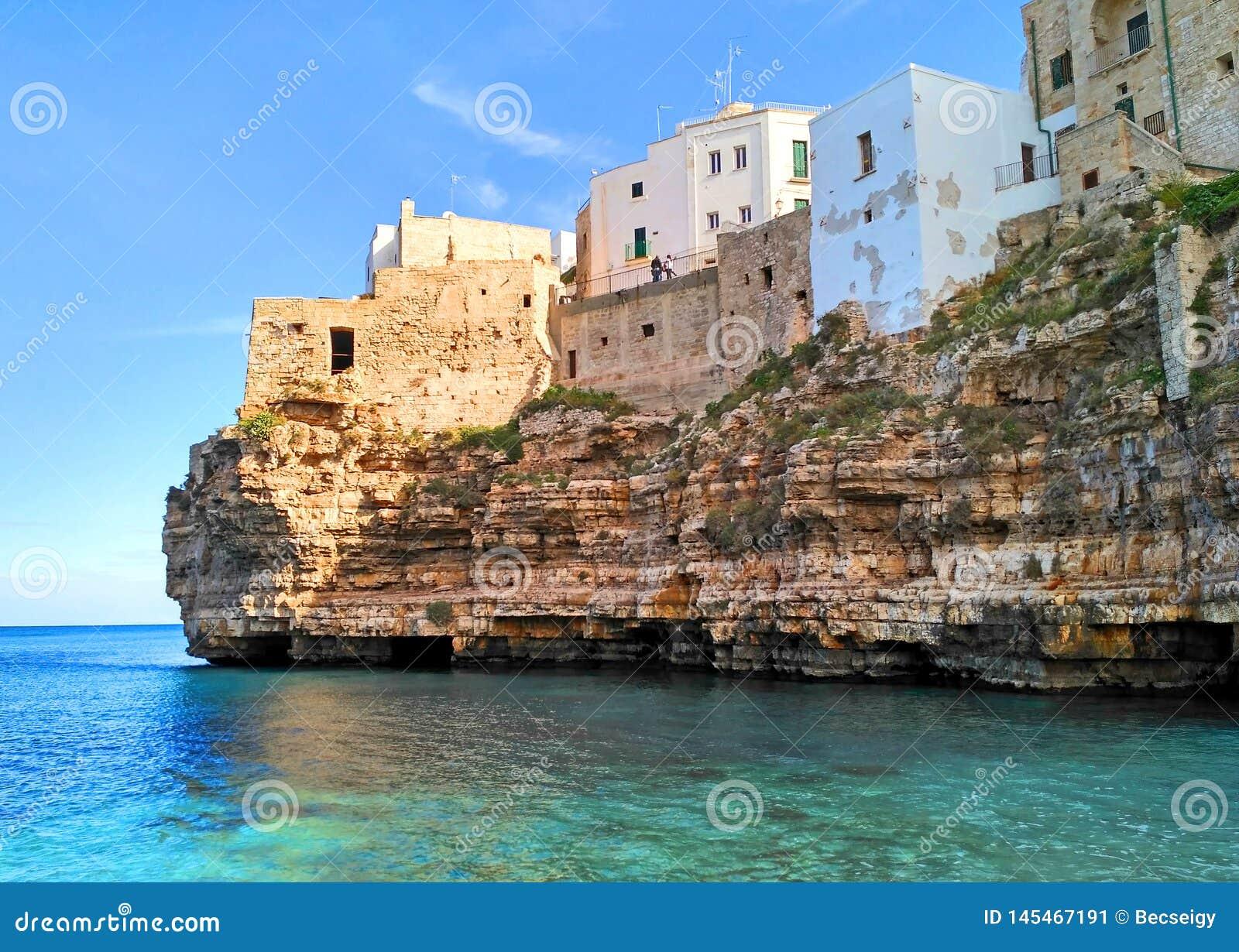 Polignano en sto, scenisk sj?sida i Puglia, Italien