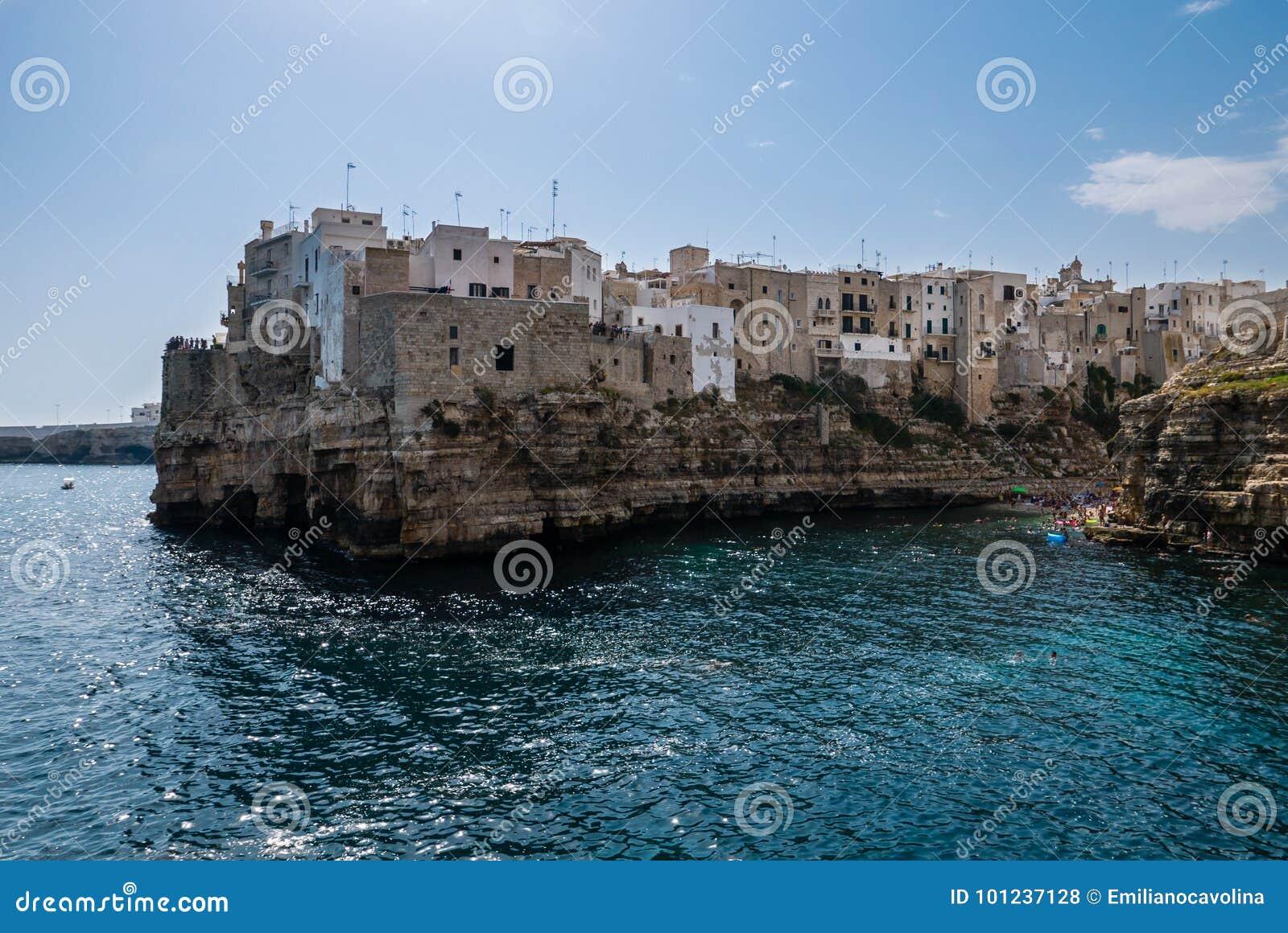 Polignano klacz, Bari prowincja, Apulia, południowy Włochy