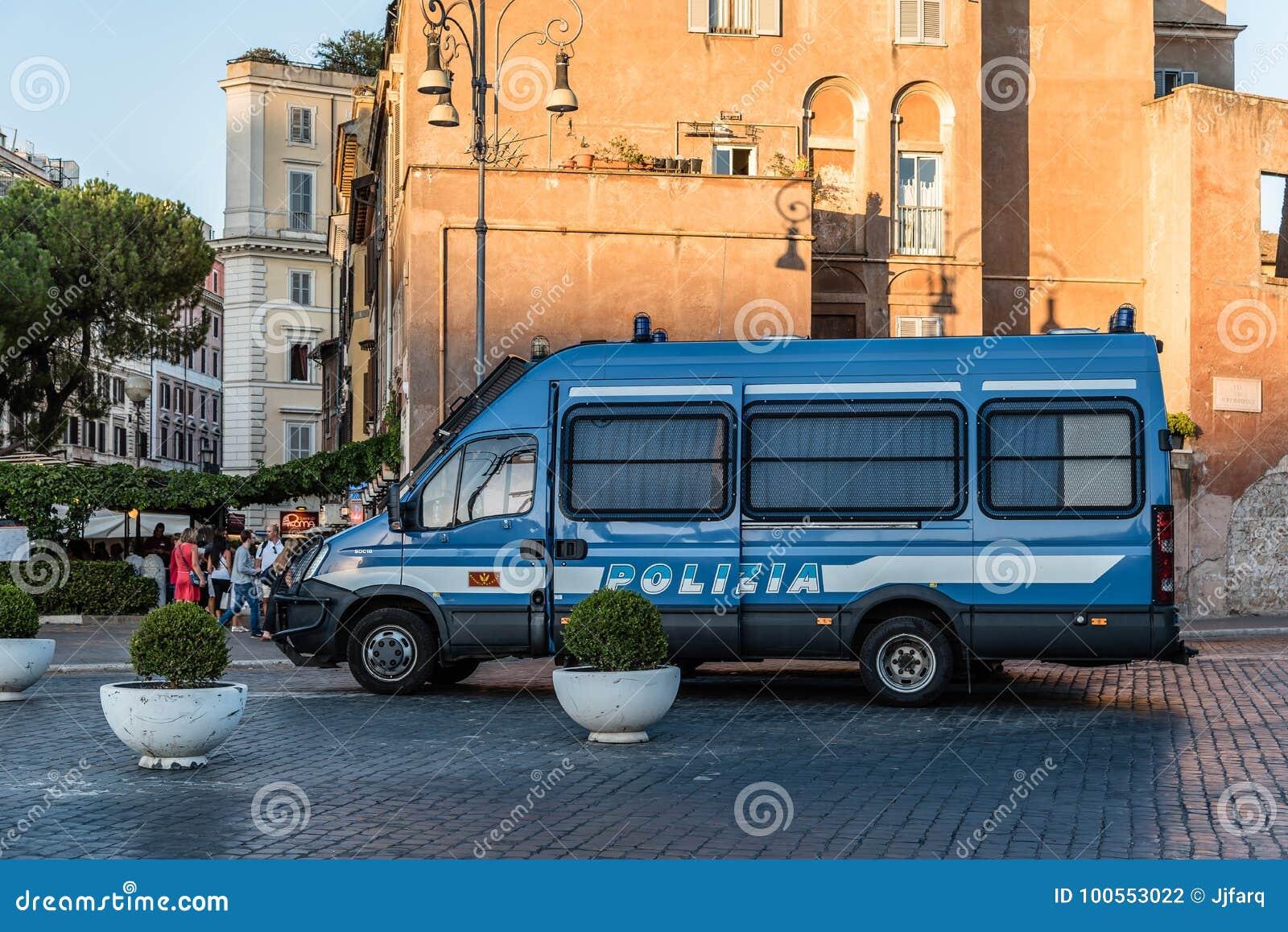 Polisbil i gatan av Rome