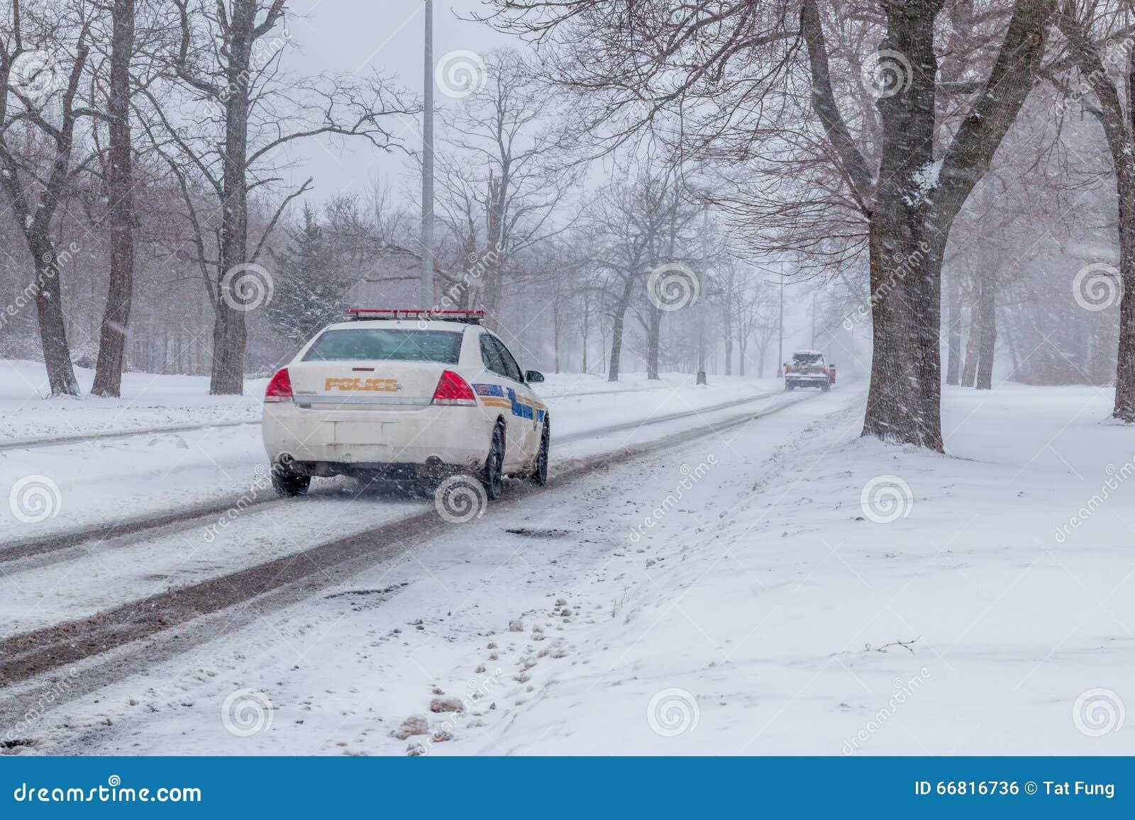 Polisbil som jagar en bil