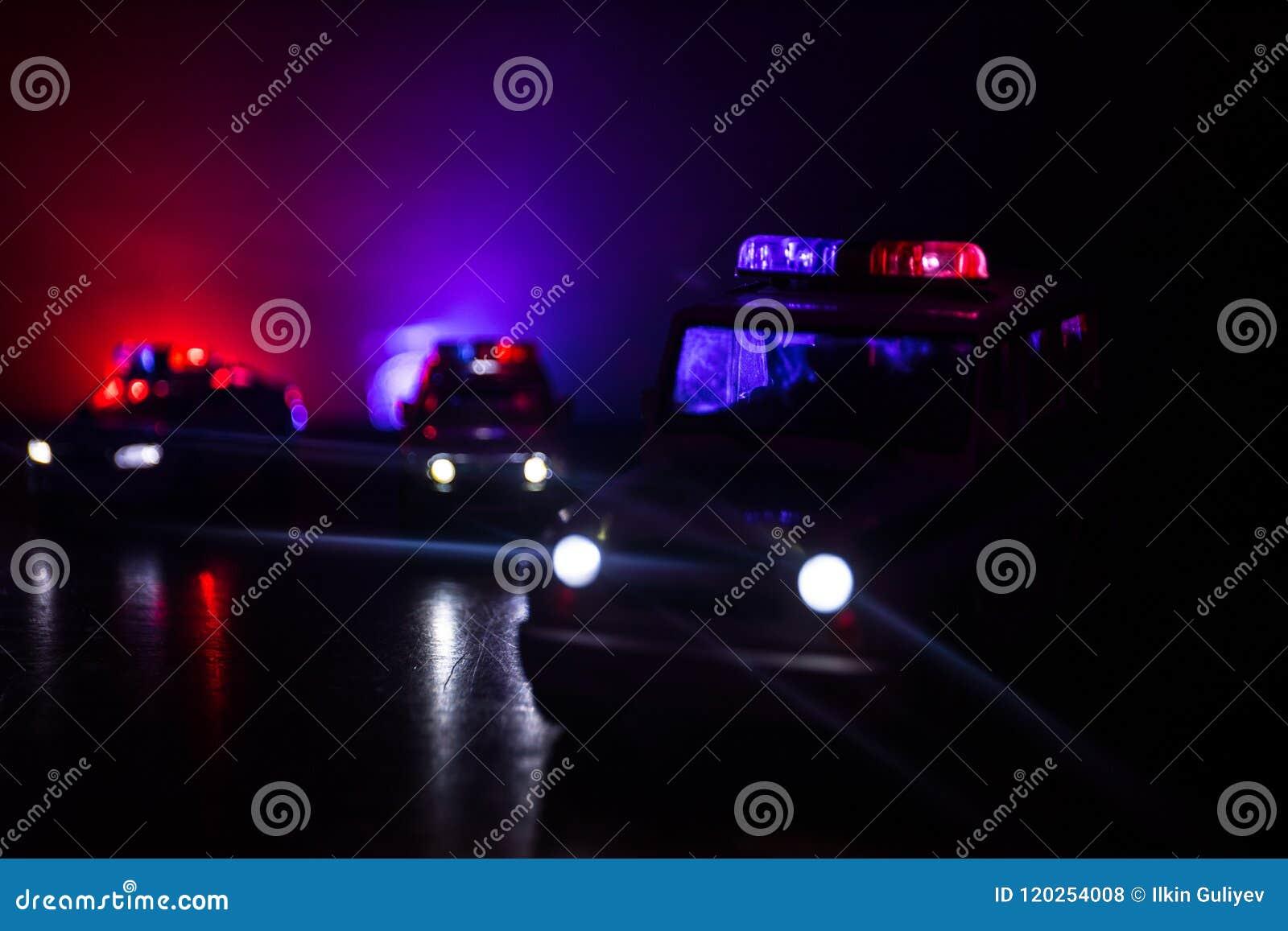 Polisbil som jagar en bil på natten med dimmabakgrund Bil för den 911 polisen för nöd- svar som rusar till platsen av brottet Sel