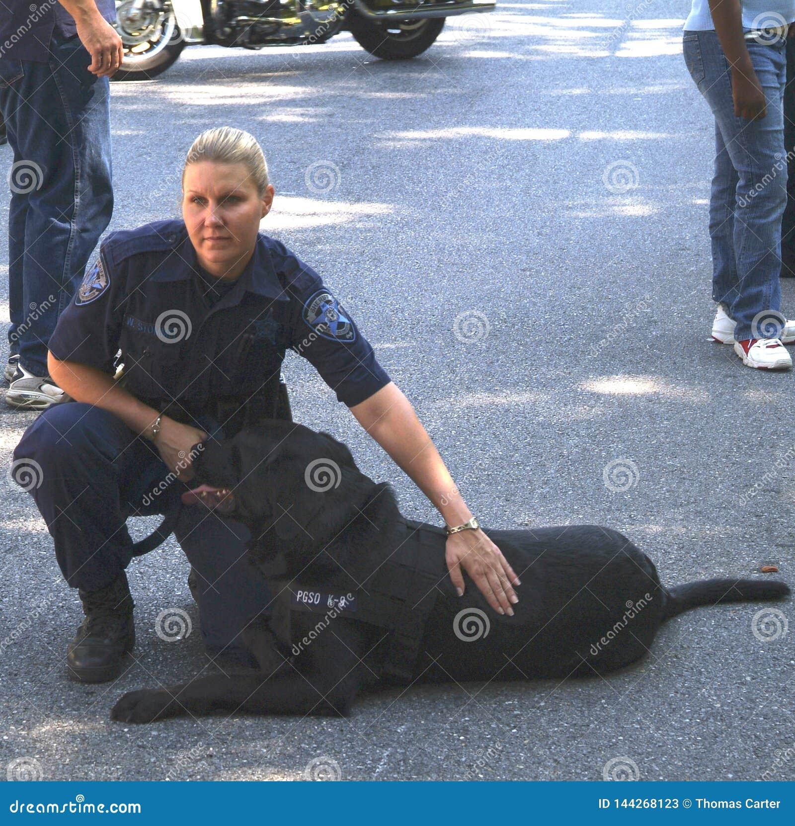 Polisen med hennes bombarderar hunden
