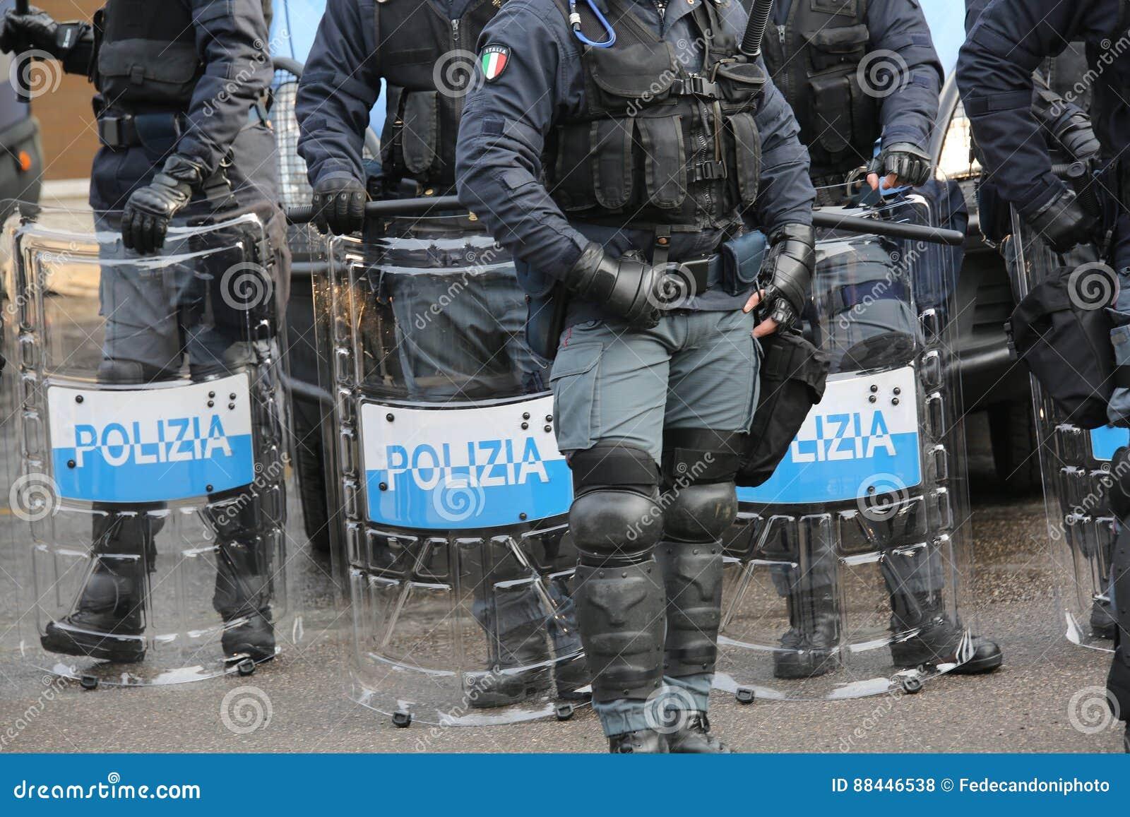 Polisen med sköldar och tumultkugghjulet under händelsen i staden