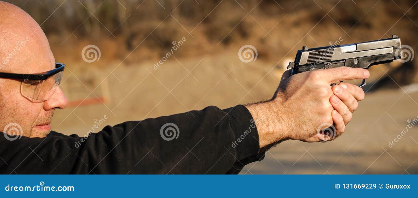 Polismedel och livvakt som pekar pistolen för att skydda från angripare