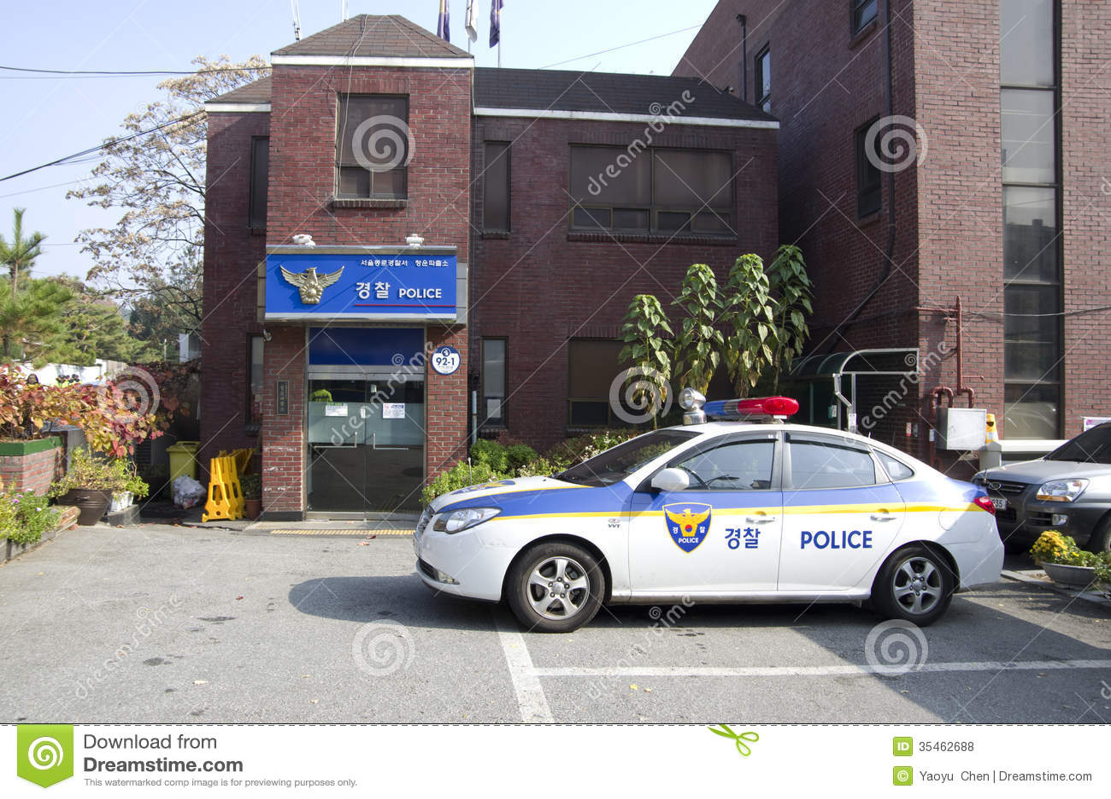 Polisstation och bil i Seoul