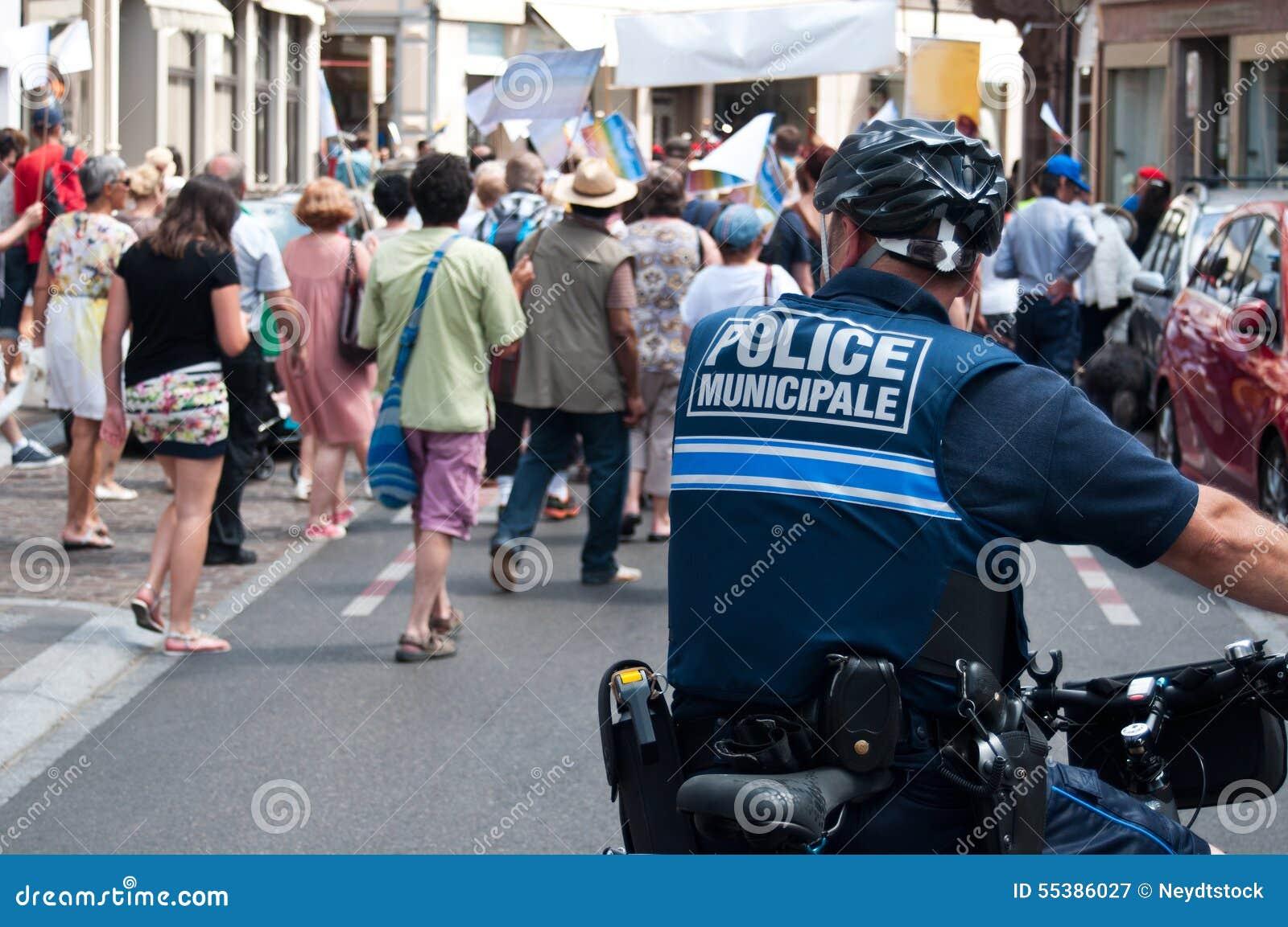 Politieagent in fiets tijdens de demonstratie voor vrede