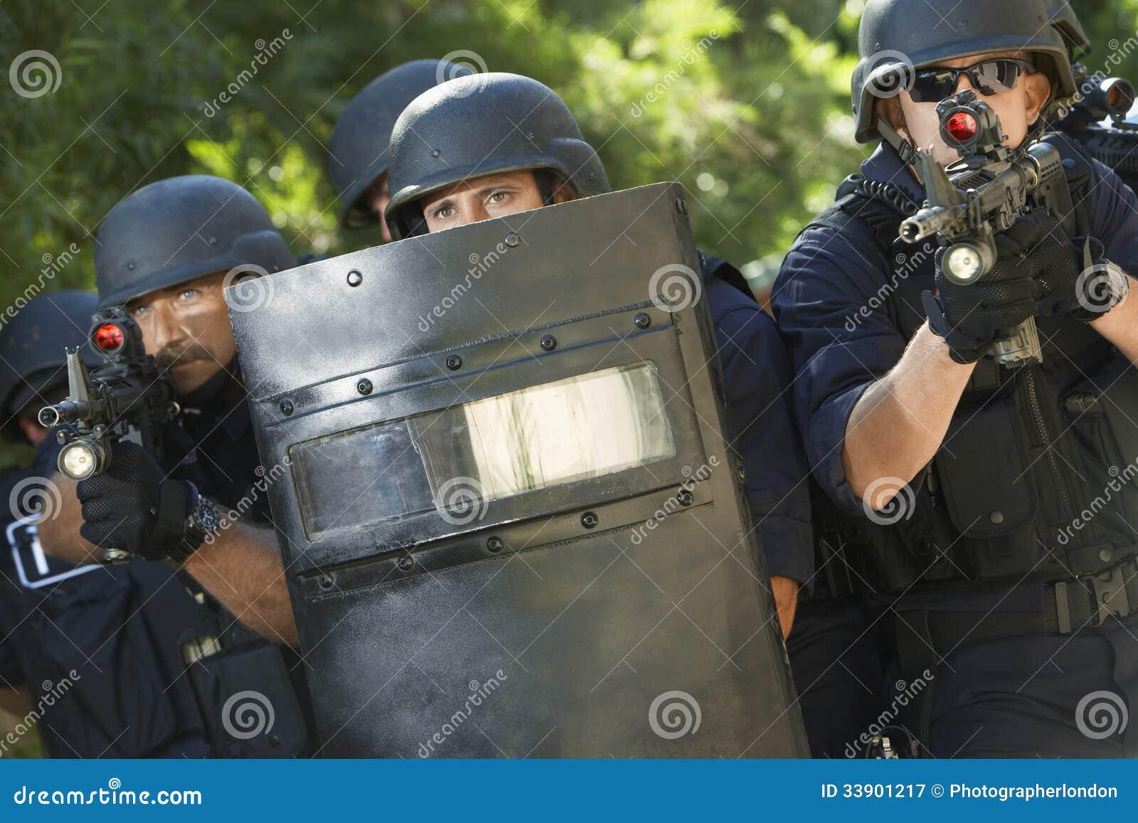 Politieagenten met Kanonnen en Schild