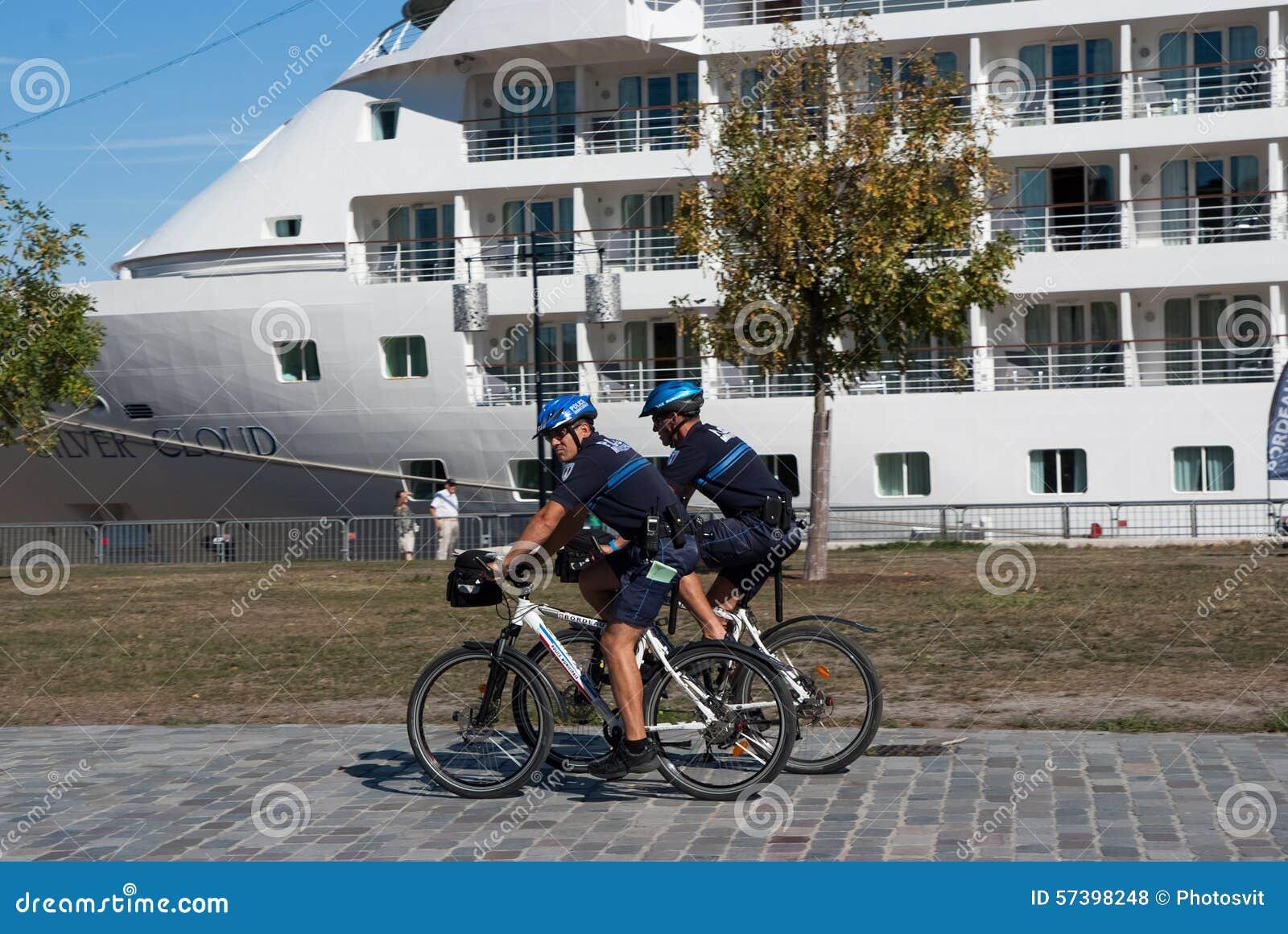 Politiemanpatrouille op een fiets
