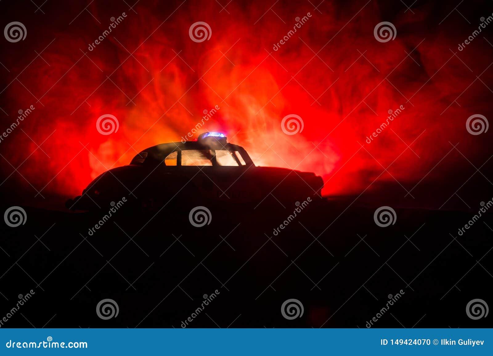 Politiewagens bij nacht Politiewagen die een auto achtervolgen bij nacht met mistachtergrond 911 noodsituatiereactie