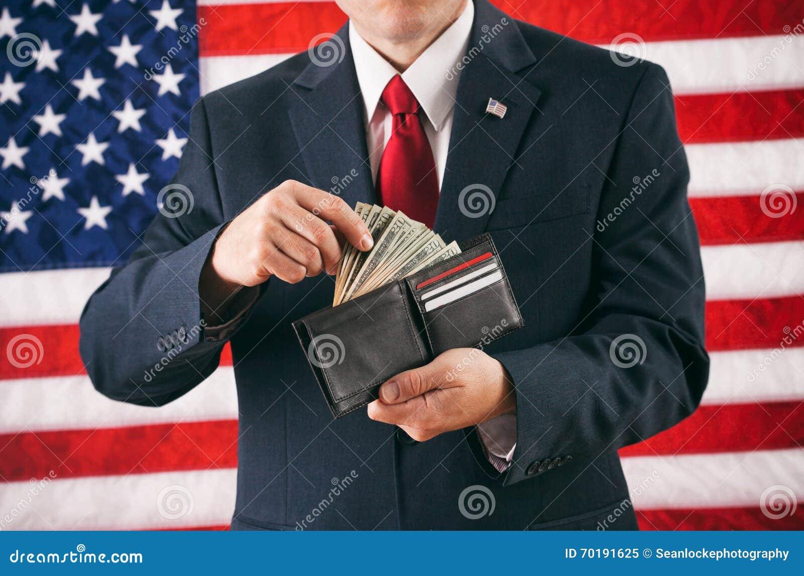 Politiker: Man som gör en tillbakadragande från den kontanta fulla plånboken