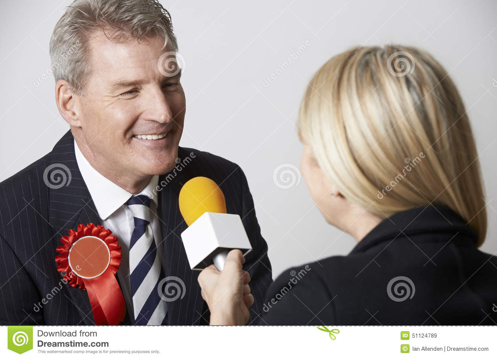 Polityk Przeprowadza wywiad dziennikarzem Podczas wybory