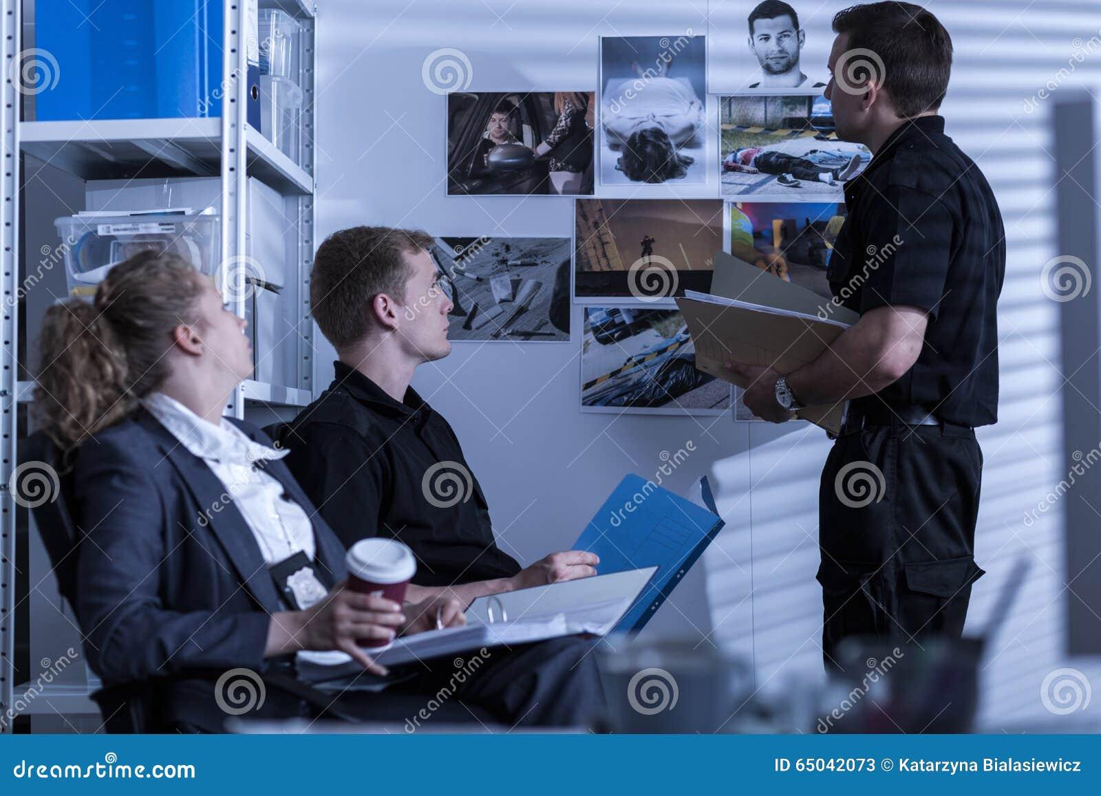Polizei, die mit privatem Detektiv zusammenarbeitet