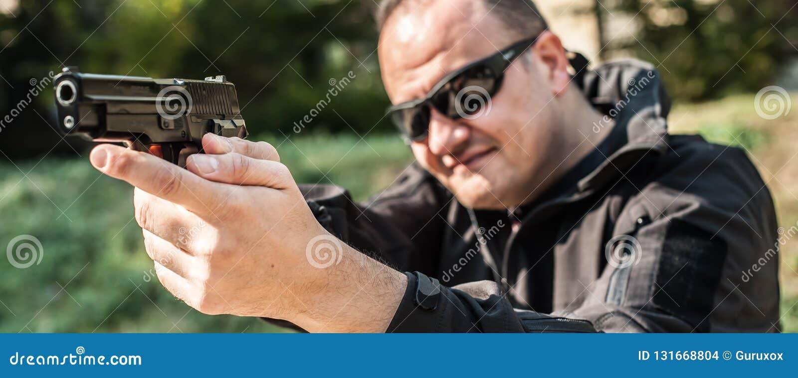 Polizeiagent und Leibwächter, die Pistole zeigen, um sich vor Angreifer zu schützen
