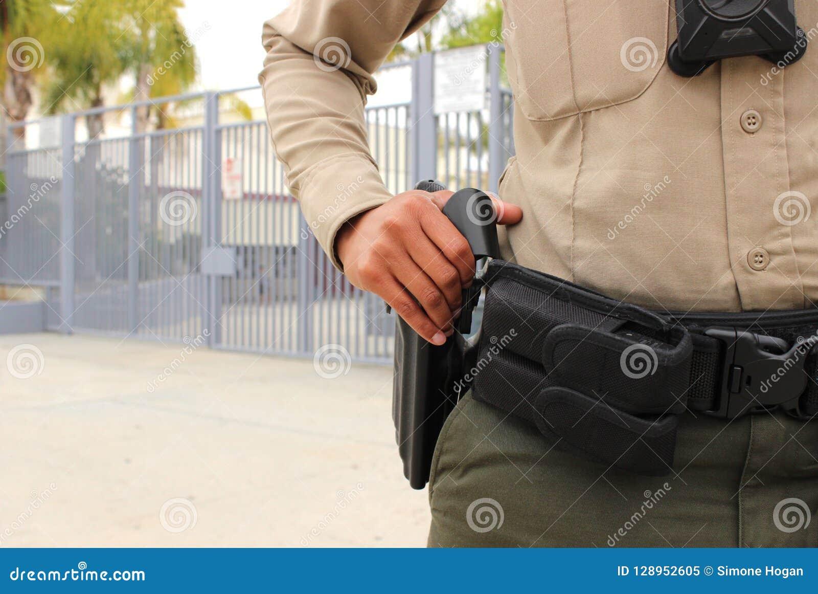 Polizeibeamte, der Highschool Campus schützt