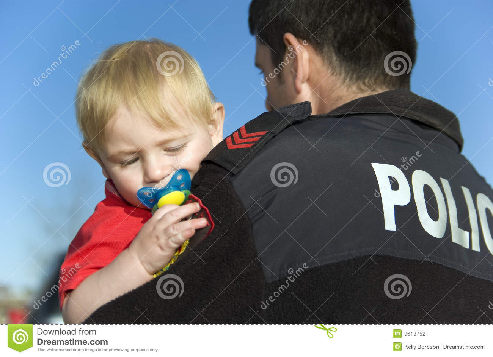 Polizeibeamte hält Schätzchen an