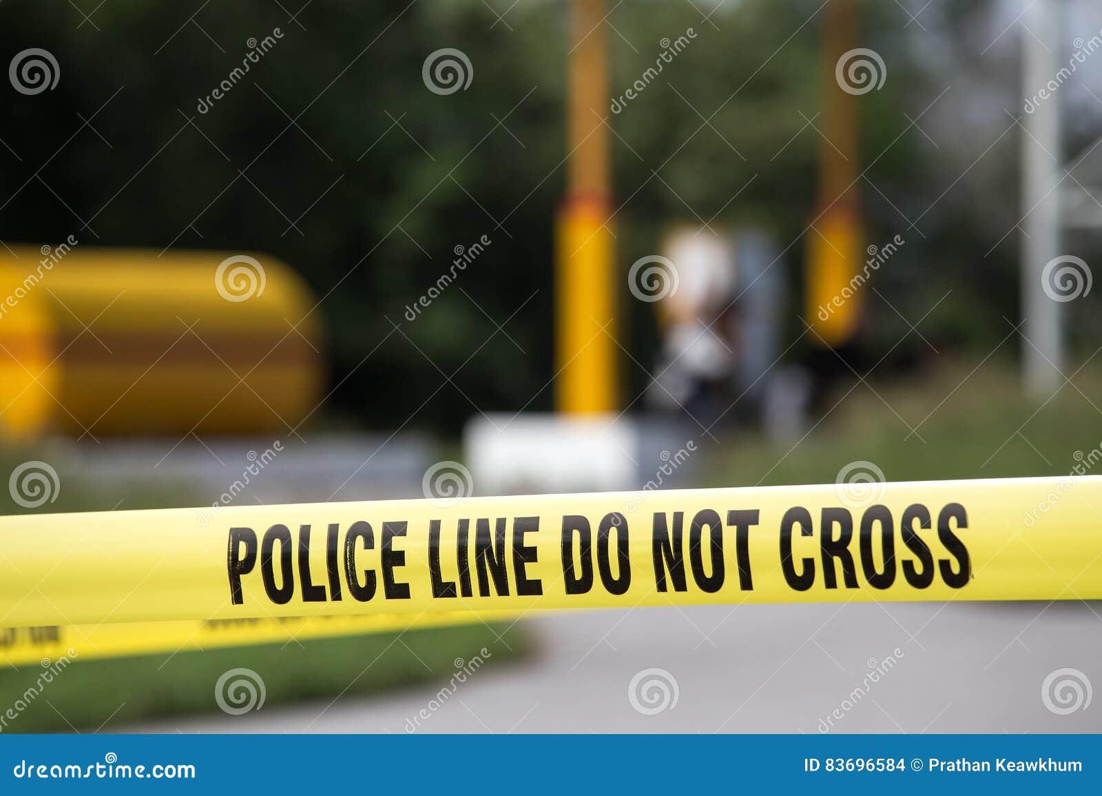 Polizeilinie tun kein Kreuz mit Tankstellehintergrund in Verbrechen sce