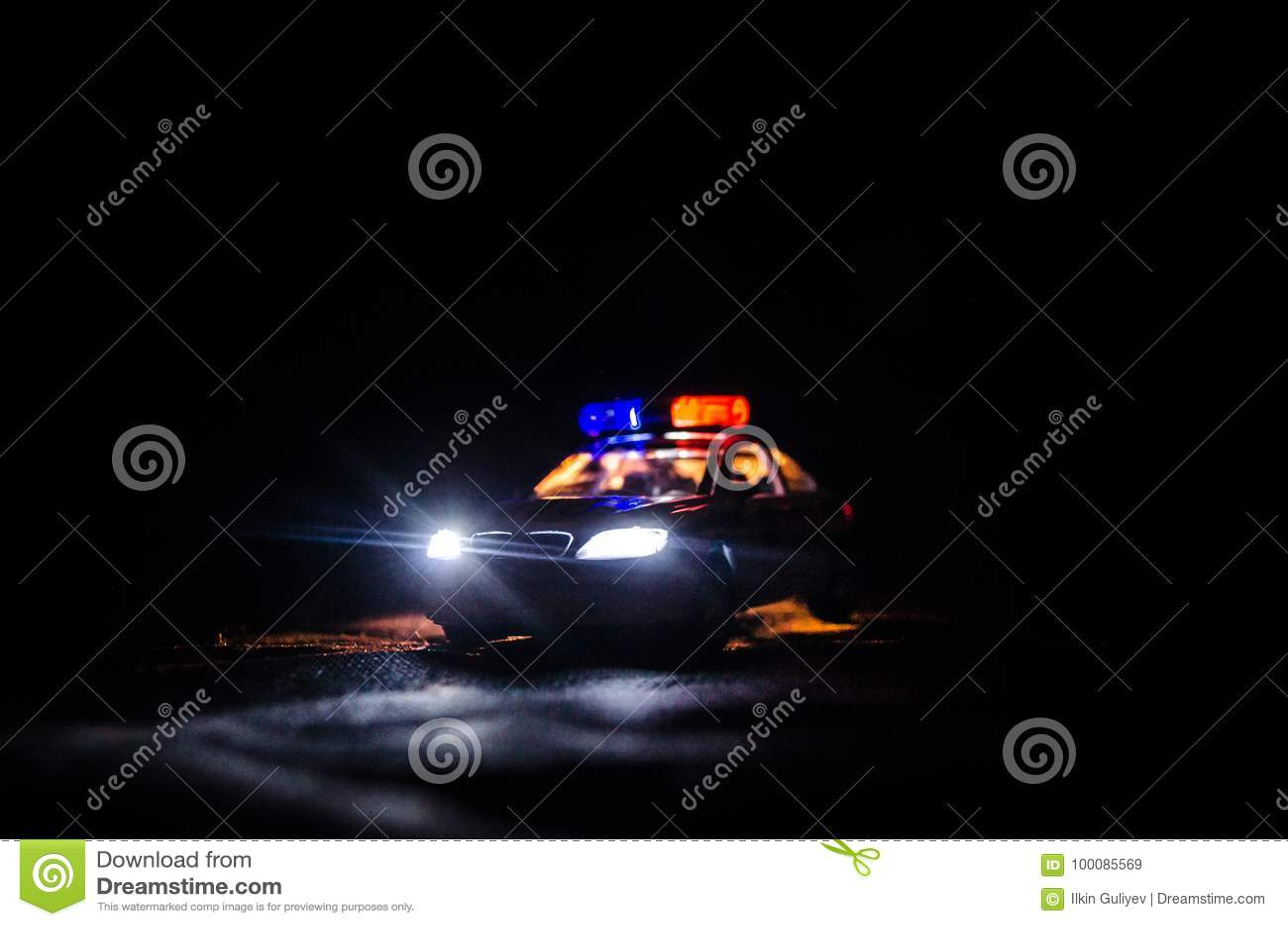 Polizeiwagen, der ein Auto nachts mit Nebelhintergrund jagt Polizeiwagen mit 911 Notfallschutzen, der zur Szene des Verbrechens b