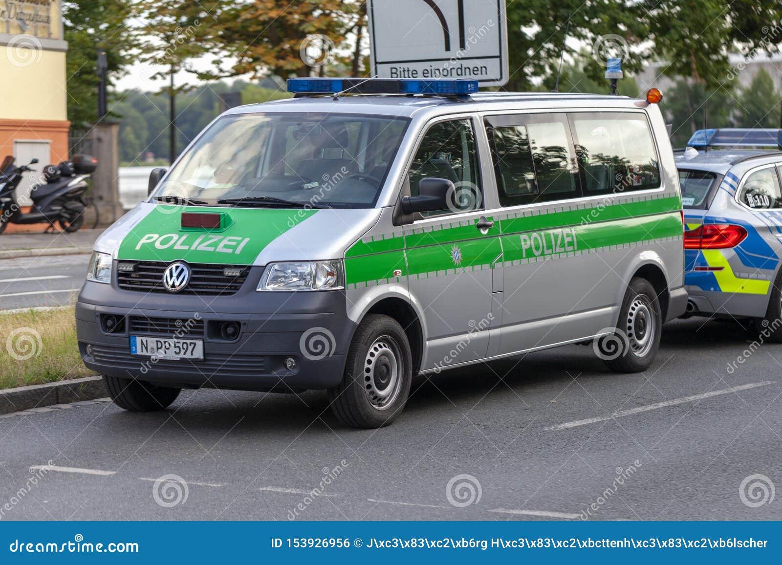 Polizeiwagen von den deutschen Polizeiständen auf einer Straße