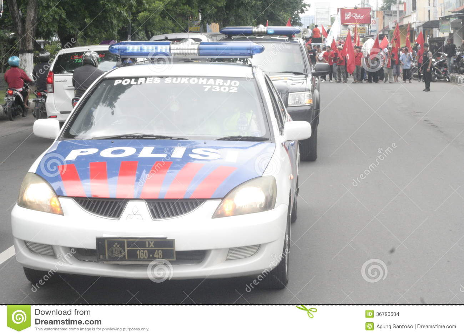 Polizia che tiene dimostrazione tradizionale Sukarno di azione dei commercianti del mercato in Sukoharjo