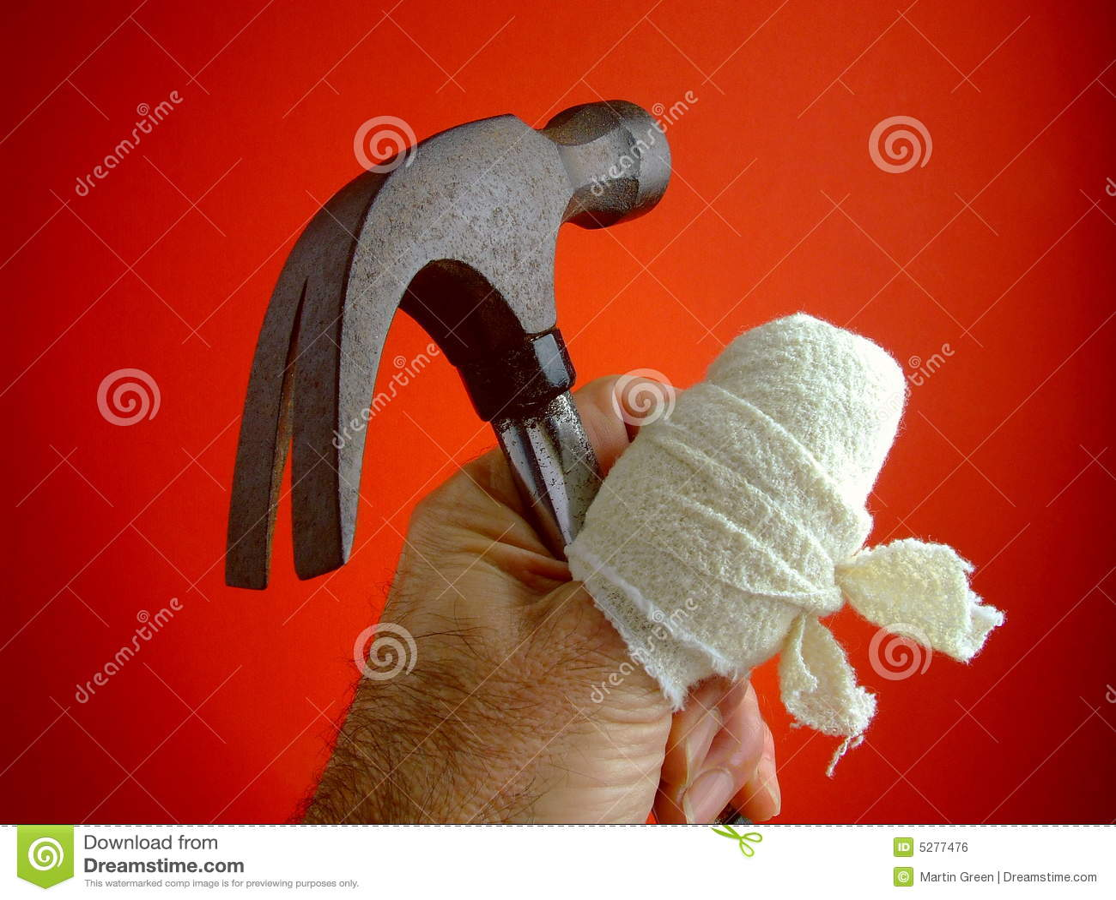Pollice irritato con il martello