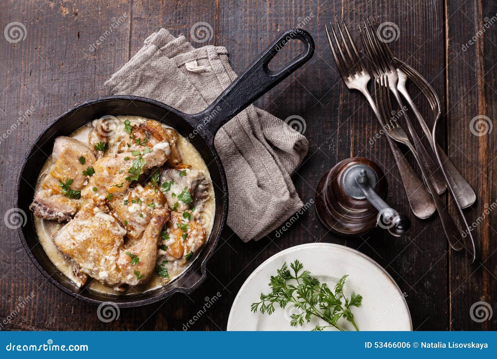 Pollo arrostito con la salsa di aglio cremosa